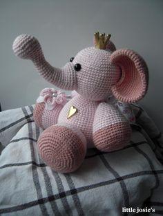 Ännu en beställning på en elefant :) Denna gången blev det en rosa. Använde samma tunna garn som till den blåa Timless från Stoff & Stil. ...