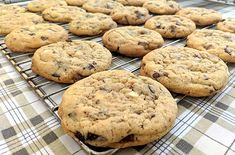 Φτιάξε κλασικά αμερικάνικα soft cookies με σοκολάτα Cookies, Food And Drink, Desserts, Crack Crackers, Tailgate Desserts, Deserts, Biscuits, Postres, Cookie Recipes