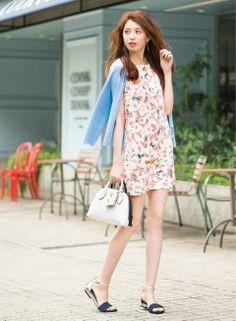 フェミニンな花柄ワンピはネイビーサンダルで締めて | ファッション コーディネート | with online on ウーマンエキサイト
