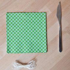 - Des serviettes en papier décorées - De la ficelle - Un couteau