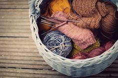 Уроки вязания спицами: Как сменить нить при вязании спицами цветного орнамента на нить другого цвета