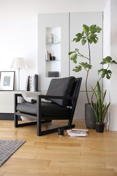 Black leather chair by Camerich | Design Hunter