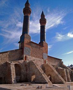 Ulu cami/Erzincan/// Ulu Cami, Gülabi Bey tarafından 11. yüzyılda Mengücekoğulları döneminde yaptırılmıştır.