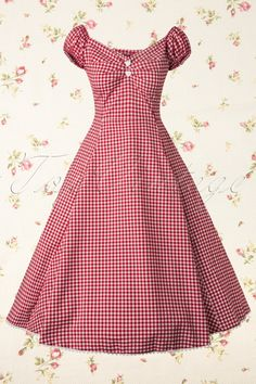 The Dolores Sweetheart Gingham Swing Dress Red and White from Collectif is a super feminine style inspired dress with Brigitte Bardot gingham.Fitted Carmen style top with cute elastic puffy sleeves that can also be worn off shoulder for a more ro Vintage Outfits, Vintage Dresses, Vintage Clothing, 50s Clothing, Rock Clothing, 1950s Style, 50s Dresses, Pretty Dresses, Gingham Dress