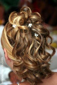 Peinado con raya al lado, semirecogido tipo cola con pelo rizado, adornado con brillantes horquillas de cristal