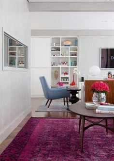 Detalhes da decoração, como o tapete, e a junção de ambientes. Dica de como harmonizar o decor em toda a sua casa.