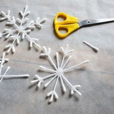 DiY Flocon chopsticks to decorate the original Christmas tree . - DiY Flocon chopsticks to decorate the original Christmas tree - Unique Christmas Trees, Handmade Christmas Decorations, Christmas Crafts For Kids, Simple Christmas, Christmas Diy, Snow Flakes Diy, Diy Crafts To Do, Diy For Kids, Diy Hacks
