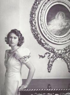 She was so beautiful :)  -  fantomas-en-cavale:    Cecil Beaton - Princess Elizabeth, 1942