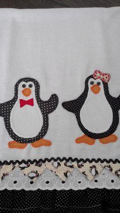 Pano de prato 100% algodão. Pinguim em patchwork bordado a mão. Barrado em tricoline e bordado inglês medindo 11,5 cm. Comprimento da peça com barrado incluso 75 cm. Sob encomenda, as estampas podem sofrer alterações, porém o cliente pode escolher o tecido de acordo com sua preferência.
