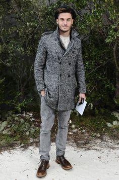 sombrero de ala corta, abrigo y jean - modelo Baptiste Giabiconi #ANIMATED MAGIC