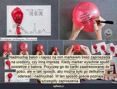 Nietypowe zaproszenie na urodziny - Nadmuchaj balon i napisz na nim markerem treść zaproszenia  na urodziny, czy inną imprezę. Kiedy marker wyschnie spuść powietrze z balona. Przyczep go do kartki zaadresowanej do gości, ale w taki sposób, aby można było go delikatnie oderwać i nadmuchać. W ten sposób goście poznają szczegóły zaproszenia.