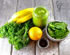 How to make detox smoothies. Do detox smoothies help lose weight? Learn which ingredients help you detox and lose weight without starving yourself. Super Healthy Recipes, Easy Healthy Dinners, Healthy Foods To Eat, Healthy Smoothies, Healthy Snacks, Avocado Smoothie, Smoothie Cleanse, Healthy Detox, Detox Juice Recipes