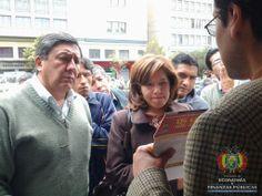 Continuando con la campaña de socialización de la Ley de Servicios Financieros, técnicos del Ministerio de Economía, se instalaron en la Av. Mariscal Santa Cruz de la ciudad de La Paz para informar a la población sobre las tasas de interés y el acceso a una vivienda social