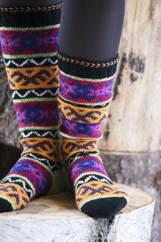 Pitkät villasukat x 8 – äänestä kauneimmat ja katso ohjeet! - Kotiliesi.fi Knitting Socks, Knit Socks, Mittens, Knits, Fiber, Ankle, Fashion, Tricot, Fingerless Mitts