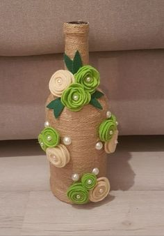 Discover thousands of images about Gostei muito dessa garrafa com este enfeite Wrapped Wine Bottles, Wine Bottle Vases, Glass Bottle Crafts, Diy Bottle, Jute Crafts, Diy Home Crafts, Yarn Bottles, Quilling Designs, Art N Craft