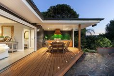 Modern beach style for the inviting and spacious deck [Design: Acorn Garden…