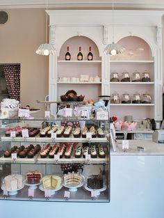 Cake Display is nice Peggy Porschen Cakes Patisserie Design, Logo Patisserie, Boutique Patisserie, Patisserie Paris, Patisserie Fine, Decoration Patisserie, Bakery Design, Cafe Design, Bakery Interior Design