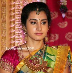 Nara Brahmini in Antique Necklace and Jhumkas - Indian Jewellery Designs Indian Jewellery Design, South Indian Jewellery, Indian Jewelry, Jewellery Designs, Latest Jewellery, Necklace Designs, Antique Necklace, Antique Jewellery, Gold Jewelry