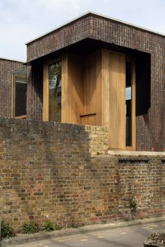 The studio chose to use red Ibstock West Loathly Sharpthorne bricks to complement the existing brickwork and integrate the house into its surroundings in Bermondsey. London Townhouse, London House, British Architecture, Amazing Architecture, Three Bedroom House, Timber Windows, House Elevation, Brickwork, Brutalist