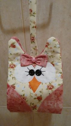 Porta papel higiênico de coruja Owl Sewing, Sewing Crafts, Sewing Projects, Pink Bathroom Accessories, Bathroom Crafts, Toilet Roll Holder, Country Crafts, Cat Pattern, Christmas Crafts