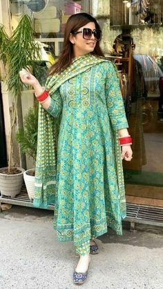 Casual Indian Fashion, Indian Fashion Dresses, Indian Designer Outfits, Simple Kurti Designs, Kurta Designs, Dress Designs, Beautiful Pakistani Dresses, Long Dress Design, Frock Fashion