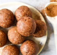 Cinnamon Donut Bliss Balls with Thermomix Instructions. Simple, delicious and free from gluten, grains, dairy, egg and refined sugar. Paleo Dessert, Healthy Dessert Recipes, Raw Food Recipes, Healthy Donuts, Healthy Treats, Healthy Food, Healthy Eating, Bolo Ferrero Rocher, Cinnamon Donuts
