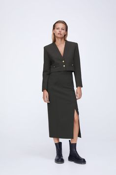 Zara Outfit, Zara Spain, Urban Looks, Couture, Office Fashion, Shoulder Pads, V Neck Tops, Fashion Beauty, Normcore