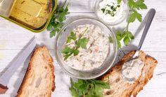 Ať už chystáte oslavu, potřebujete pohostit návštěvu nebo jen přemýšlíte nad tím, co tentokrát namazat k večeři na rohlík, budou se vám hodit recepty na klasické pomazánky podle bývalých ČSN norem. Jsou přesně takové, jaké si je pamatujete. #recept #pomazanka #chlebicek #retro #recipe #patte #dip # Polenta, Hummus, Pesto, Camembert Cheese, Dips, Ethnic Recipes, Spreads, Food, Cooking