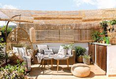 Chill out en la terraza con techo de caña sobre una butaca y un sofá junto al pequeño rincón de jardinería_003 DSC3382-2