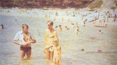 Deze foto is gemaakt in Lloret de Mar in 1979, De eerste keer naar spanje met de bus. Ik ben het meisje 8 jaar en sta aan de hand van mijn vader, die overigens geen zwemdiploma had. Maar hij was dol op 'zwemmen' met mij. De man aan de linkerkant is de man van mijn zus. Helaas zijn ze beide overleden. Een dierbare foto dus.