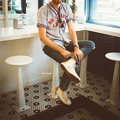 Camiseta Jersey. Macho Moda - Blog de Moda Masculina: Camiseta Jersey Masculina, pra inspirar! Camiseta com Botão, Camiseta Baseball, Baseball jersey, Camiseta Baeball jersey, Moda Masculina, Moda para Homens, Roupa de Homem, Tênis Branco, Calça Jeans Skinny
