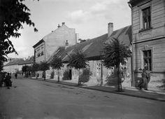 Mlieko a voda. Práve tieto dve tekutiny zohrávali dlho hlavnú úlohu v histórii Miczkiewiczovej ulice. Pravda, vtedy ešte nebola pomenovaná po romantickom poľskom básnikovi Adamovi Mickiewiczovi, ale volala sa Alžbetina ulica. Po kráľovnej Alžbete ju však nazvali až v roku 1879, dovtedy to bola Horná krížna ulica (maď. Felső Keresztutca, nem. Obere-Kreutzgassen) a do konca … Bratislava, Genius Loci, Old Street, Nostalgia, Street View, Times, Squares, Cinema, Bobs