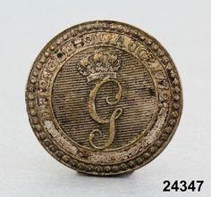 Uniformsknappen har troligen hört till uniform för soldat i 'Konungens eget värvade regemente' (1772-1829). Regementet hette tidigare 'Kronprinsens regemente' och 'Prins Gustavs regemente'.