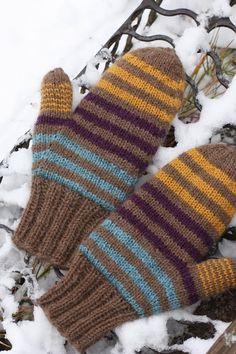 Olen varmaan ennenkin kertonut, että talvisin käytän neulottuja sormikkaita joiden päällä pidän vielä lapasia. Jo pitkään on pitänyt neul... Gloves, Knitting, Socks, Outfit, Style, Fashion, Crochet Coat, Wraps, Tricot