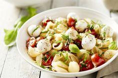 10 zomerse pastagerechten in < 30 minuten | Keukenpraat | 15gram Salade Caprese, Caprese Pasta Salad, Pasta Recipes, Cooking Recipes, Healthy Recipes, Healthy Food, Vegetarian Recepies, Pizza, Happy Foods