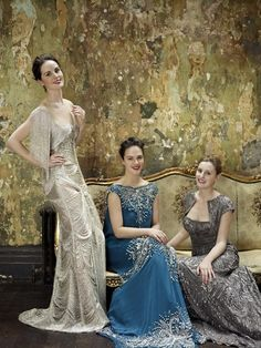 Holiday Style Ideas: the Downton Abbey sisters for Vogue. Lady Sybil Crawley, Lady Edith Crawley, and Lady Mary Crawley. Played by Jessica Brown Findlay, Laura Carmichael, and Michelle Dockery. Lady Mary Crawley, Lady Sybil, Edith Crawley, Jessica Brown Findlay, Michelle Dockery, Moda Lolita, Downton Abbey Fashion, Downton Abbey Costumes, Downton Abbey Mary