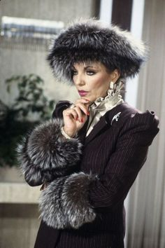Joan Collins as Alexis Colby, Dynasty Fashion Tv, Street Fashion, Carrie Bradshaw, Gossip Girl, V Drama, Alexis Carrington, Der Denver Clan, Dame Joan Collins, Red Manicure