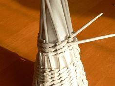 Upletieme 2-3 rady a jednu ruličku z dvojice odstrihneme. Podľa potreby tento postup zopakujeme znova. Origami, Craft Projects, Sculpture, Knitting, Creative, Crafts, Recycled Magazine Crafts, Recipe, Paper Strips