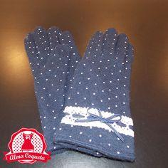 Guante en azul marino con lunares en blanco, el puño está adornado con una puntilla que lleva entrelazada un lazo de curo también en azul marino. Súper caliente pues va forrado por dentro #guantes #fashion #retro  #azul #lazo #almacoqueta #leonesp #invierno #blanco #lunares #encaje