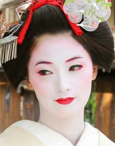 She's so beautiful She's so beautifulYou can find Japanese geisha and more on our website.She's so beautiful She's so beautiful Japanese Makeup, Japanese Beauty, Asian Beauty, Geisha Japan, Geisha Art, Kimono Japan, Japanese Kimono, Geisha Makeup, Japan Painting