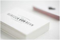 ¿LLAMAN LA ATENCION TUS TARJETAS DE VISITA? ¿Cómo crear una tarjeta de visita que llamen la atención? ¿Qué información debemos incluir realmente en las tarjetas de visita?  De cara a confeccionar tu tarjeta de visita, escoge un papel duro tipo estucado, verjurado, reciclado, de unos 350grs. y selecciona tus colores corporativos. Si tienes una empresa incluye el logotipo y si, por el contrario, es una tarjeta personal, incluye tu fotografía. ¡Recuerda que tú eres tu marca!