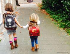 """Kinderen moeten al zo veel op school. Best logisch dat ze na een lange schooldag bij thuiskomst geen zin hebben om ook nog te 'moeten' kletsen. Dikke kans dat er op je vraag """"Hoe was het op school"""" enkel een antwoord komt als """"goed"""", """"stom"""" of """"dat weet ik niet"""". Toch ben jij..."""