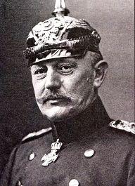 Alfred Graf von Schlieffen ,februari 1833 in Berlijn en overleden op 4 januari 1913 in Aldaar. Hij was een Duitse generaal. Hij was de zoon van een Pruisisch generaal. En hij was degene die een plan heeft bedacht voor DU (centralen) om het Oost-front en daarna het West-front te verslaan. Het plan was om eerst FR te verslaan en daarna RU (Von Schlieffen plan). Ze versloegen pas later RU, omdat hij dacht dat RU heel lang zou doen over zijn mobilisatie.