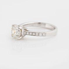 RING, med briljantslipad diamant 1.72 ct samt små briljantslipade diamanter ca 0.25 ct.