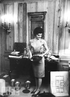 First Lady Jacqueline Kennedy in the process of redecorating the White House, Washington, DC, Get premium, high resolution news photos at Getty Images Mrs Kennedy, Jaqueline Kennedy, Jacqueline Kennedy Onassis, International Style, Social Events, Jfk, Presidents, History, American