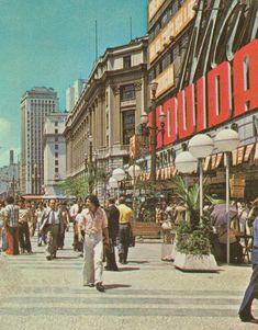 1979 - Praça Ramos de Azevedo. À direita o Mappin em época de liquidações de seus estoques.