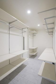 クローゼット Room Closet, Closet Space, Walk In Closet, Open Wardrobe, Natural Interior, Closet Shelves, Closet Designs, Storage Cabinets, Closet Organization
