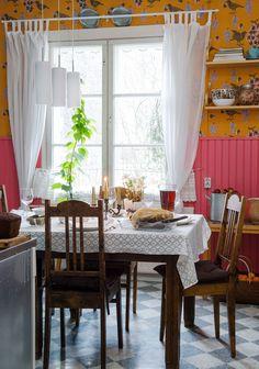Äiti on suunnitellut keittiön hehkuvan värimaailman. Pöytä ja tuolit ovat äidin lapsuuden kodista. Ikkunalla kasvaa luostarinkello eli vaahtera-aulio. Se kukkii suuria vaaleanpunaisia kukkia.