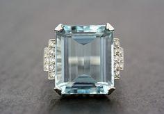 Vintage Aquamarine Ring - 1950s Aquamarine & Diamond Cocktail Ring - Art Deco Aquamarine Statement Ring de AlistirWoodTait en Etsy https://www.etsy.com/es/listing/275423922/vintage-aquamarine-ring-1950s-aquamarine