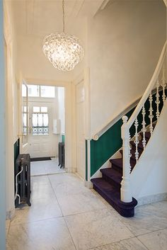 Interior design by IJzersterk Interieurontwerp. Stadsvilla, Den Haag.Gang, diepe kleuren, hallway, lamp, kroonluchter, marmeren vloer.